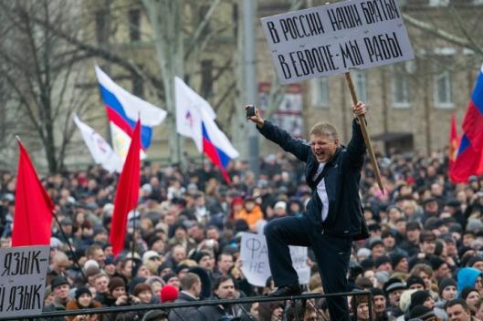 anti-maiden-pro_russian-protesters-2