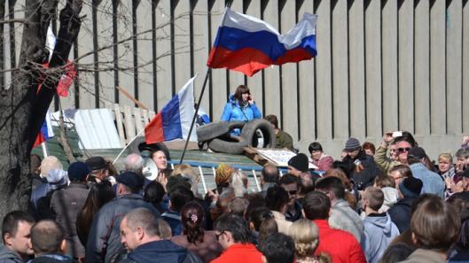 Supporters of a referendum on the region's status rally outside the Security Service of Ukraine headquarters in Lugansk. (RIA Novosti / Yuri Streltsov)
