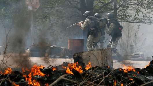 Ukrainian security force past a checkpoint by anti-goverment protesters near Slavyansk