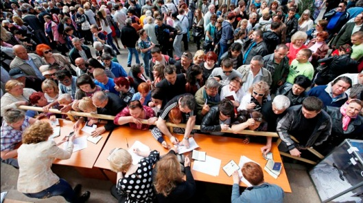 Mariupol-People stand in a line to receive ballots