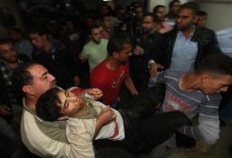 478752_des-palestiniens-transportent-un-blesse-le-10-novembre-2012-a-gaza