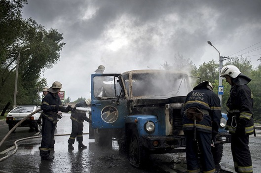 Firefighters put out a truck fire caused by the mortar attack in Lugansk. (RIA Novosti)