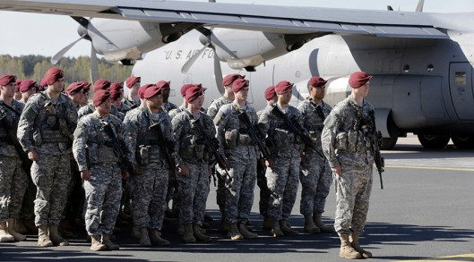 First company-sized contingent of about 150 U.S. paratroopers from the U.S. Army's 173rd Infantry Brigade Combat Team based in Italy attend a welcome ceremony in the airport in Riga April 24, 2014. The United States is sending about 600 soldiers to Poland and the three Baltic states for infantry exercises, the Pentagon said, one of its highest profile steps yet to reassure NATO allies after Russia's seizure of Crimea. REUTERS/Ints Kalnins (LATVIA - Tags: MILITARY POLITICS) - RTR3MI96