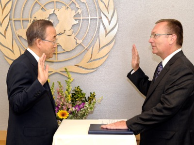 At his official swearing-in as the number 2 of UNO, the 2nd July 2012, Jeffrey D. Feltman takes the oath before General Secretary Ban Ki-moon. As of that date, the Organisation, which is supposed to promote peace, has been under the control of the «liberal hawks».