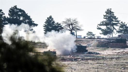 Tanks of the Turkish army shoot toward the positions of Kurdish fighters inside Syria from the Oncupinar crossing gate in the Turkish border city of Kilis, Feb. 15, 2016. (Photo by AFP)
