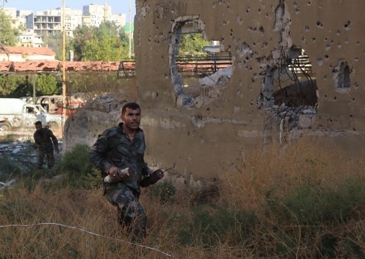 1200xsyrian-pro-government-soldier-carries-home-made-bombs